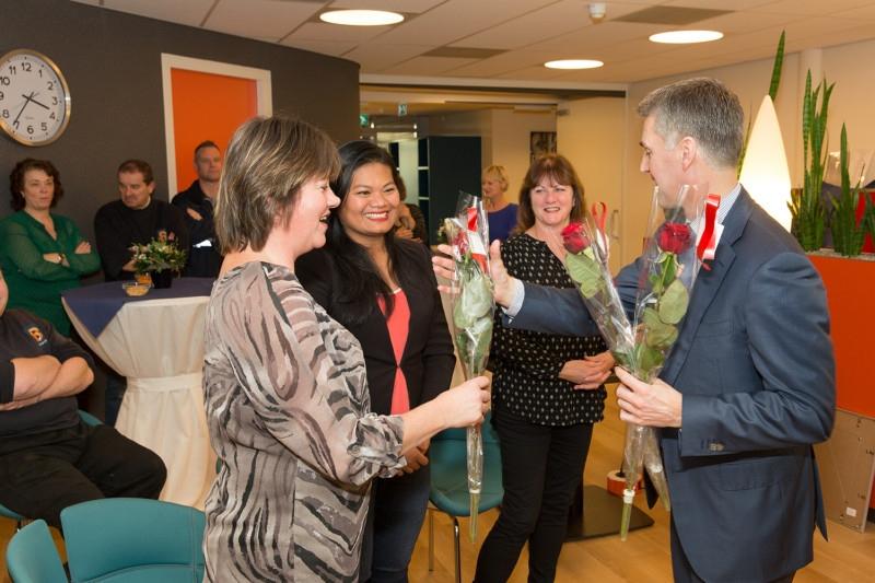 Gert-Jan Hemmers geeft bloemen