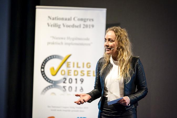 Sabine Uitslag, Dagvoorzitter presenteert tijdens Nationaal Congres Veilig Voedsel 2019