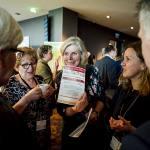 Vrouw laat iets zien op Nationaal Congres Veilig Voedsel 2019